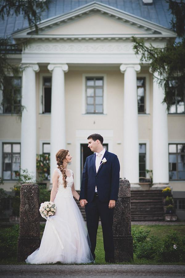 Noorpaar mõisa ees